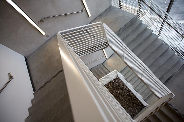 TrendfarbeBeton Treppe mit weißen Geländer