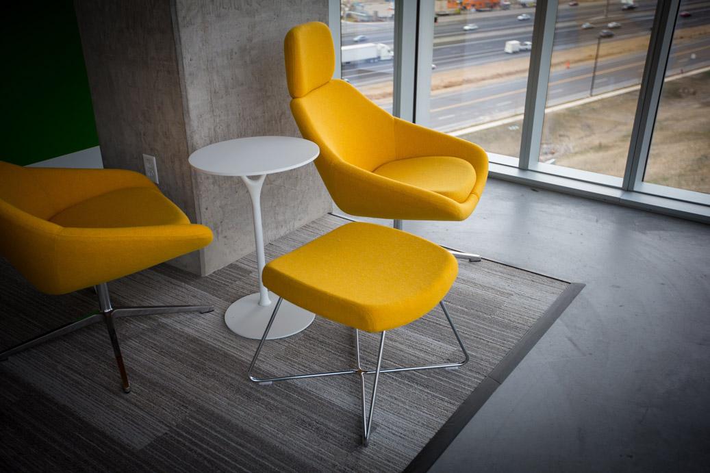 Trendfarbe Beton Einrichtung mit gelben Stühlen