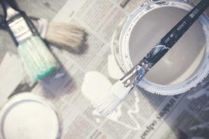 DIY weiße Farbe und Pinsel