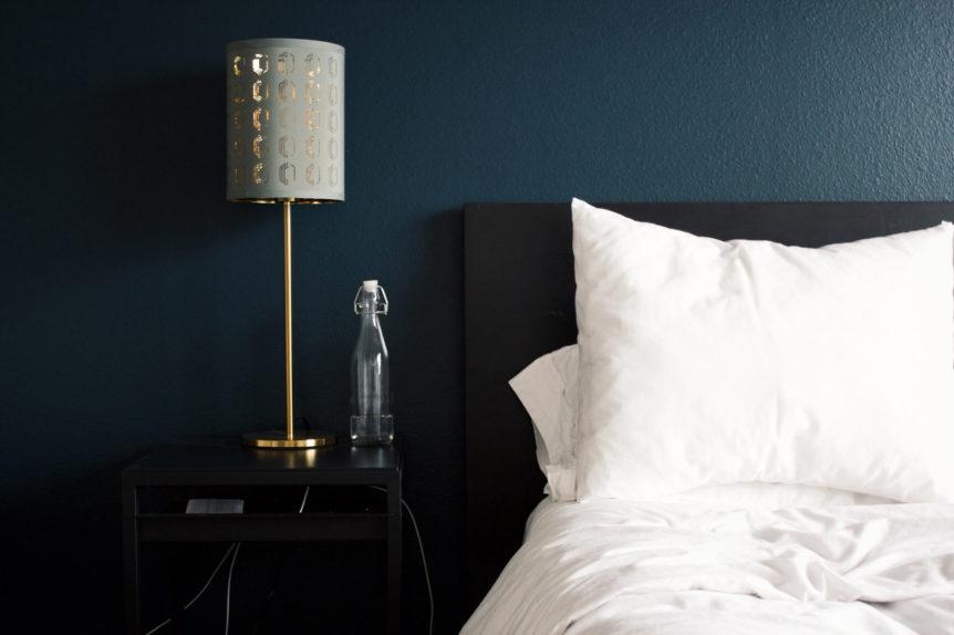 Bett an Wand im Schlafzimmer