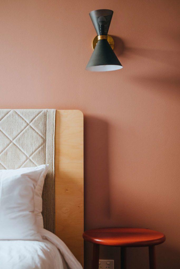 Bett an Wand mit Nachttisch