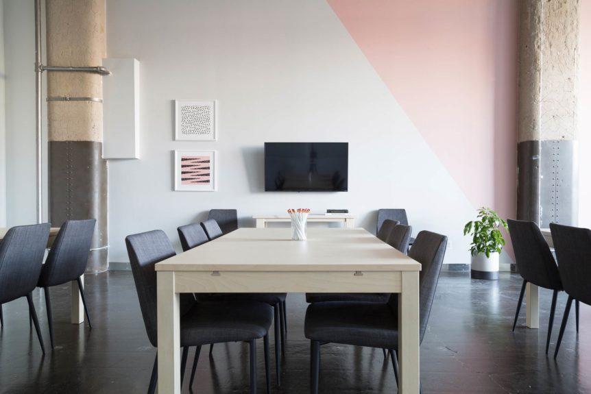 Langer Tisch Mit Stühlen In Raum